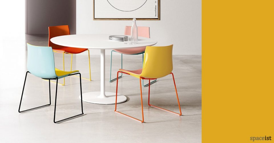 Round Dizzie meeting table with colourful Catifa chairs