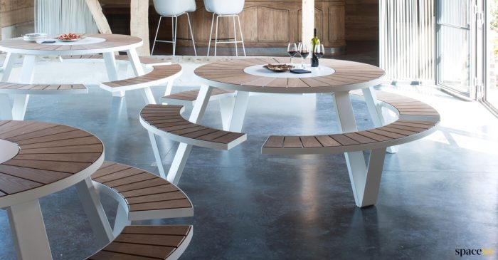 Round good quality outdoor table + bench - Pentagale