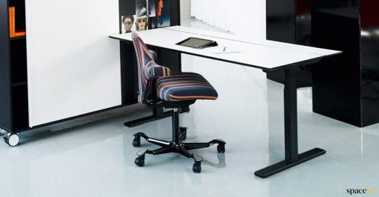 Q20 standing desk with white top + black base