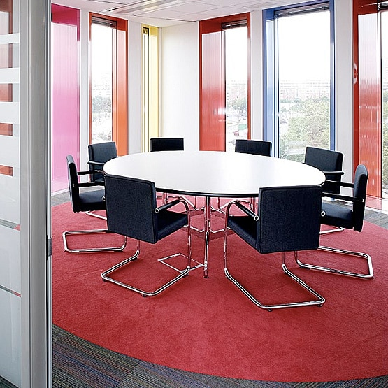 What are the benefits of round meeting room tables?