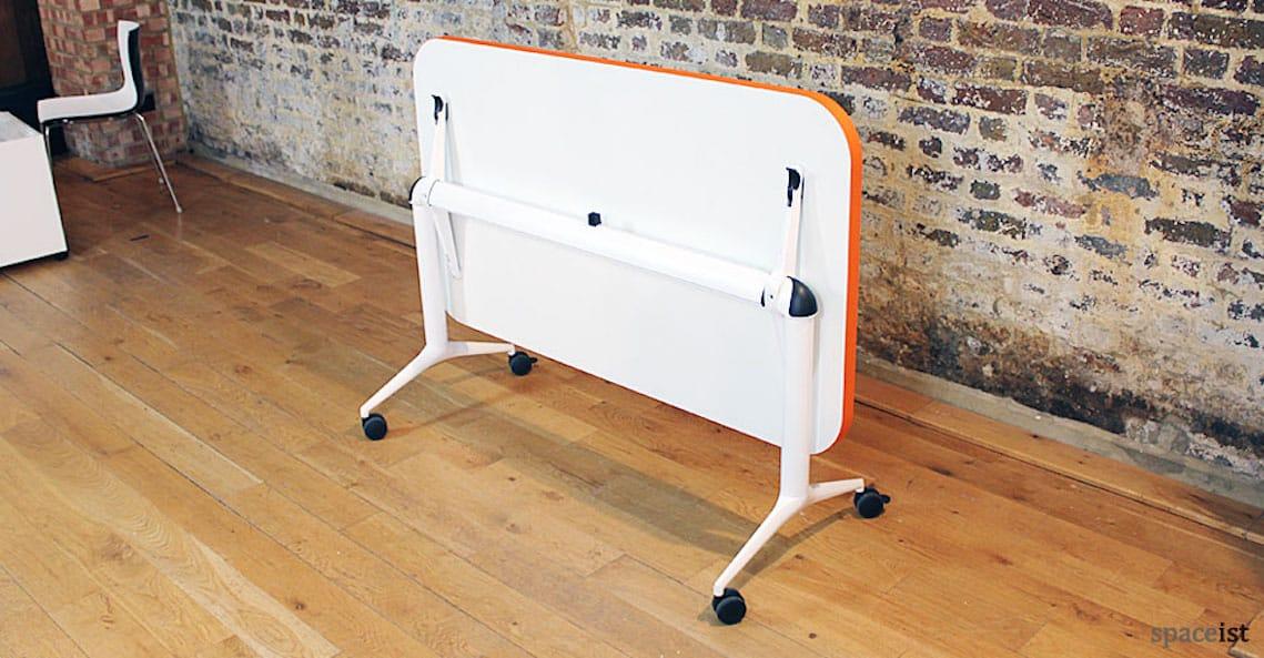 spaceist edge folding table castors orange