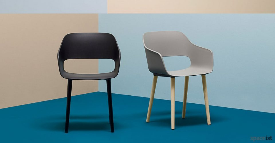 Babila black meeting chair with arms and solid wood leg