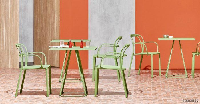 Intrigo green curvy cafe chair