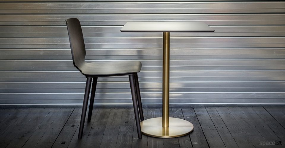 Babila black chair and brass table