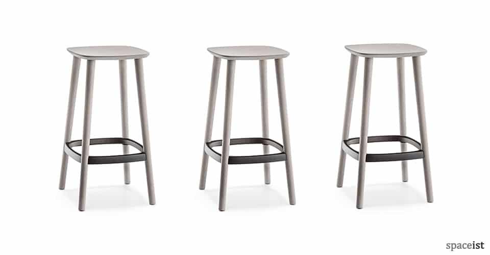 Babila wood bar stool with a metal foot plate